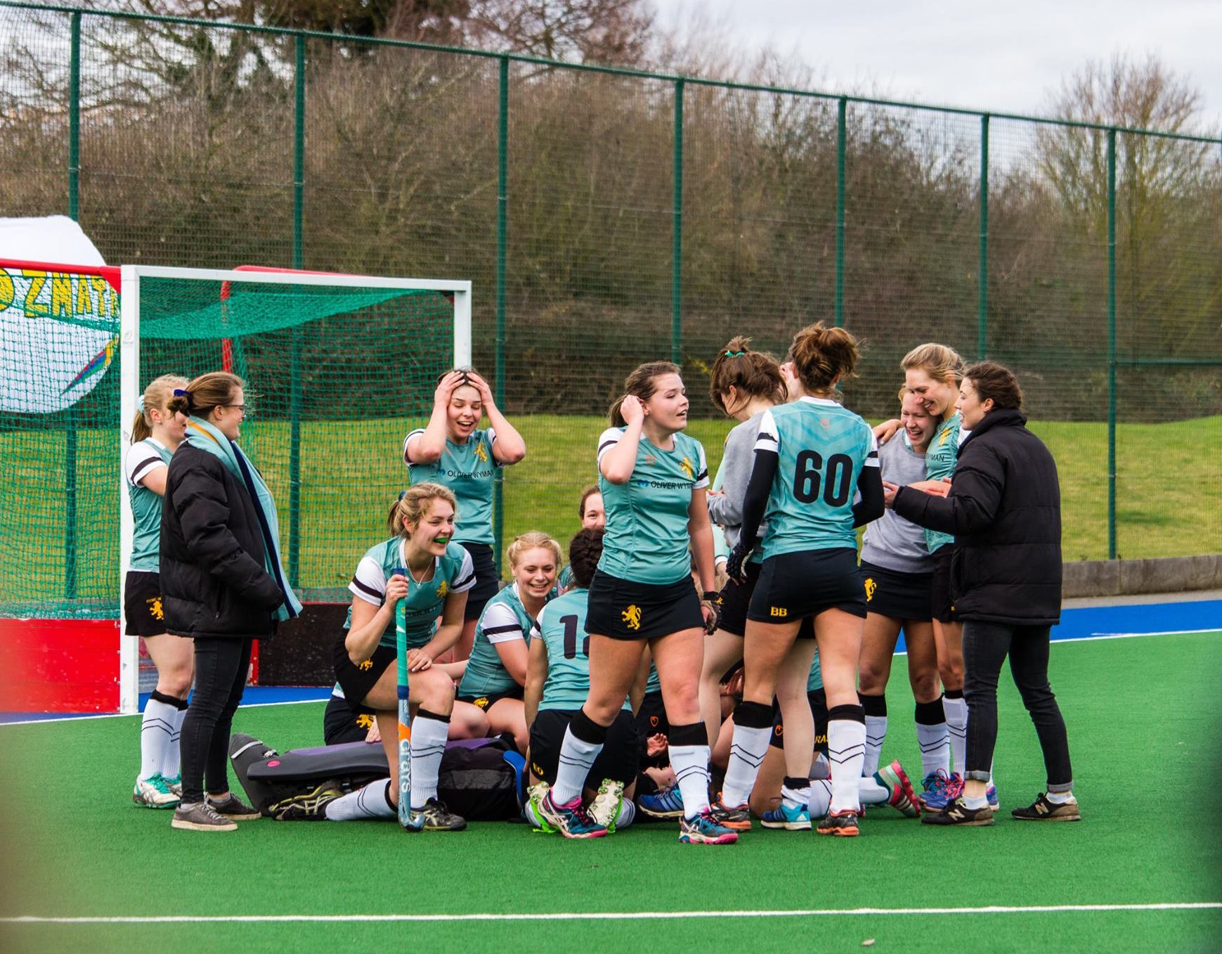 Bedouwinning: Hockey Women's 3rds celebrate winning their Varsity (Credit: Tom Markham)